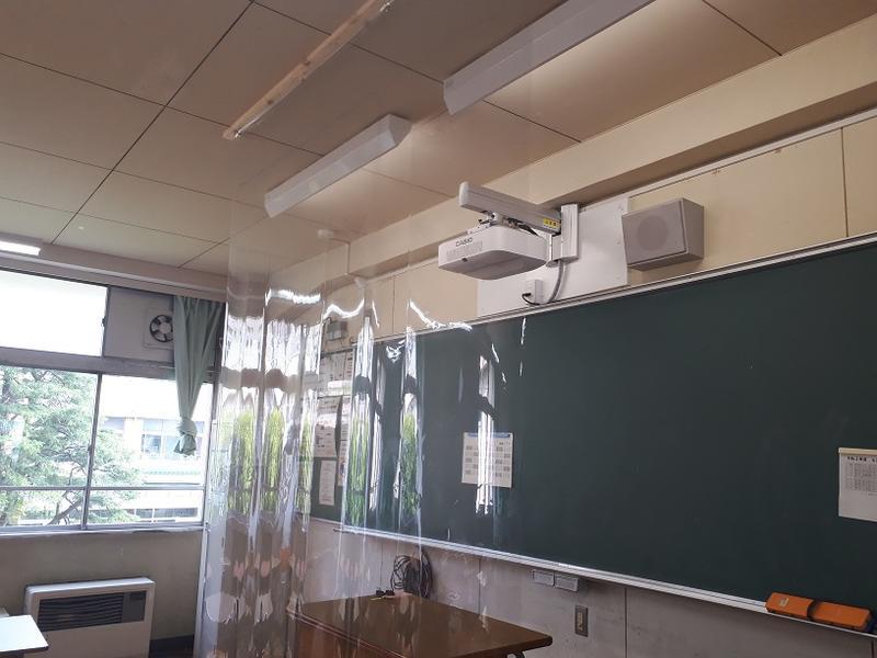 飛沫拡散防止のためビニールカーテンを教卓前に設置